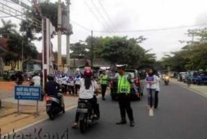 Terlihat petugas Satlantas Polres Tanjungpinang memberikan arahan pengendara roda dua untuk diperiksa kelengkapan kendaraannya dalam rangka razia