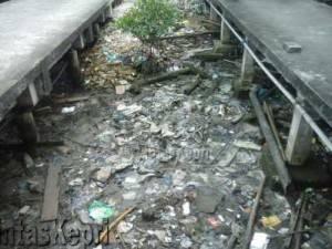 Terlihat sampah menumpuk di bawah pelantar beton di Jalan Pelantar I Tanjungpinang