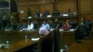Wakil Ketua I DPRD Tanjungpinang Ade Angga didampingi sejumlah anggota DPRD Kota Tanjungpinang menerima perwakilan warga Dompak yang melakukan aksi unjuk rasa didepan kantor DPRD