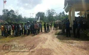 puluhan masyarakat yang tergabung dalam Ormas Forum Pemuda Hinterland Lingga (Forphil) menggelar aksi unjuk rasa di tiga Satuan Kerja Perangkat Daerah (SKPD) Lingga, Senin (28/3) pukul 10.00 Wib.