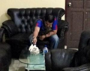 Terlihat, Anang Heriansyah yang merupakan salah satu penjabat penting di Dinas Pertambangan Provinsi Kepri itu tertunduk malu saat media ini mengabadikan fotonya