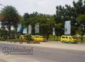 Angkutan umum (oplet) yang parkir (mangkal) disembarang tempat didekat halte tepat di depan RSUD Karimun