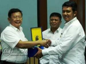 Bupati Bintan, Apri Sujadi dan Wakil Bupati Bintan, Dalmasri Syam saat menerima cenderamata dari utusan Kemendagri