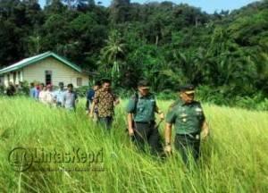 Komandan Resort Militer (Danrem) 033/Wira Pratama Tanjungpinang, Provinsi Kepri, Brigjen TNI Madsuni bersama rombongan saat surve ke waduk di pulau berhala