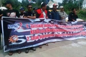 Buruh saat berdemo menuntut hak