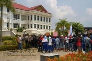 Federasi Serikat Metal Indonesia (FSMI) Kabupaten Karimun melakukan aksi menuntut kembali Upah Minimum Sektoral (UMS) didepan Kantor Bupati Kabupaten Karimun, Senin (21/3)