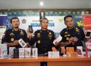 Kepala Kanwil DJBC Khusus Kepri, Parjiya (tengah) Saat Memperlihatkan Barang Tangkapan