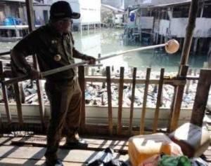 Walikota Tanjungpinang, Lis Darmansyah saat mengangkat sampah dari laut pesisir rumah penduduk di Pelantar 3