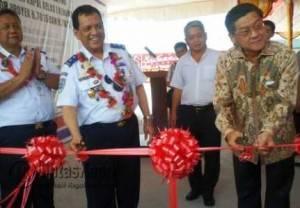 Plt Direktorat Jendral Perhubungan Laut Kementrian Perhubungan Republik Indonesia saat melakukan pemotongan pita