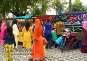 Sejumlah pedagang menjajakan makanan secara gratis di acara syukuran Bupati dan Wakil Bupati Karimun