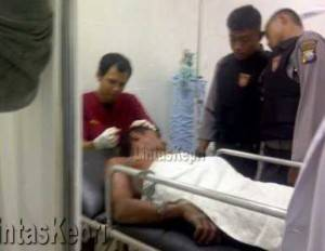 Inilah Pemuda Yang Belum Diketahui Identitasnya Ketika Mendapatkan Perawatan di Ruangan IGD RSUD Tanjungpinang Mendapat Pengawalan Ketat Dari Anggota Polisi