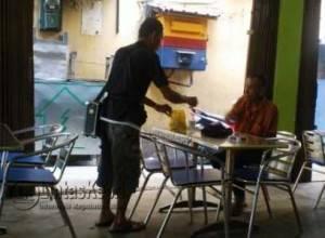 Pengemis ketika meminta sejumlah uang kepada pelanggan di salah satu kedai kopi di Kabupaten Karimun