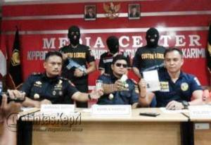 Kepala KPPBC dan Kasat Narkoba Polres Karimun saat menunjukkan narkoba jenis sabu yang dibawa tersangka MK
