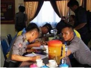 Personel Polisi Polres Karimun Ketika Akan Menjalani Pemeriksaan Kesehatan