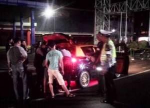 Petugas Polisi Ketika Melakukan Pemeriksaan Terhadap Kendaraan di depan Mall Ramayana Tanjungpinang, Jumat, (4/3) malam