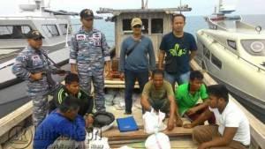 Lanal Dabo saat menangkap kapal penyelundup timah diperairan muara Sungai Marok Tua Kabupaten Lingga