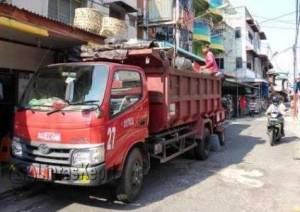 Truk Dinas Kebersihan Kota Tanjungpinang Mengangkut Puluhan Belasan Kubig Sampah di Pelantar 3