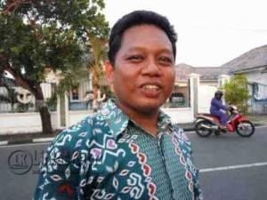Anggota DPRD Kota Tanjungpinang ,Maskur Tilawahyu Saat Mendatangi Kekisruhan Warga Teluk Keriting, RW 15, Selasa (26/4)