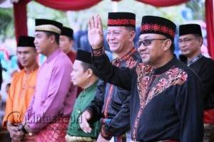 Walikota dan Wakil Walikota Tanjungpinang saat melepas Kafilah Pawai Ta'aruf MTQ
