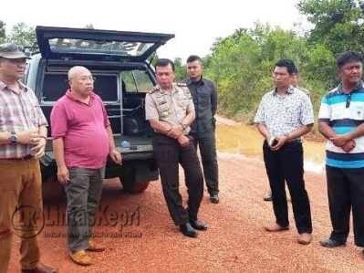 Tim penyidik Polres Tanjungpinang dan kedua belah pihak yang bertikai turun memeriksa lokasi di Desa Bangun Rejo, Kelurahan Gunung Lengkuas, Kecamatan Bintan Timur, Kamis (26/05)