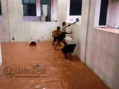 Tiga bocah warga Mekar Sari sedang menguras air di Masjid Al-Ma'ruf Senin (15/5).