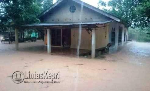 Salah satu rumah warga Mekar Sari yang ikut terendam air yang diduga berasal dari Hotel CK, Senin (15/5).