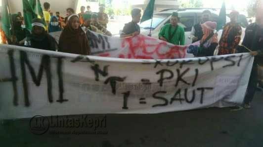 Aksi unjuk rasa HMI Kota Batam, di depan Kantor DPRD Kota Batam, Senin (9/5).