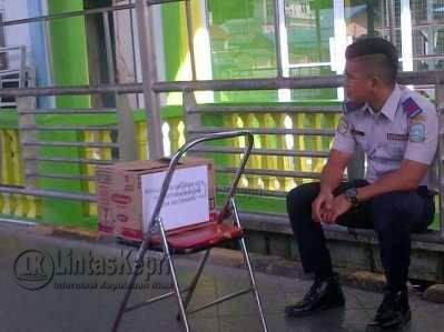 Pegawai Dishub Tarempa melakukan penggalangan dana Korban Kebakaran Desa Sri Tanjung, Tarempa, Sabtu (21/5).