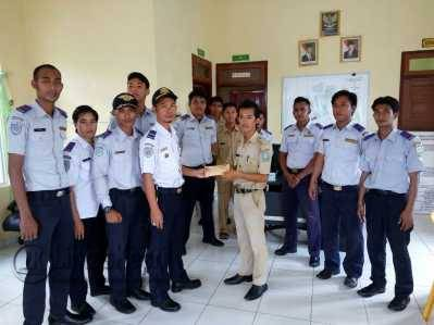 Dishhub Tarempa menyerahkan Bantuan Korban Kebakaran 17 Rumah, kepada Kantor Desa Sri Tanjung, Kec.Siantan, Senin (23/5).