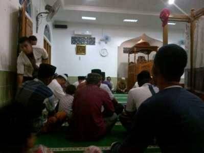 Masyarakat Tarempa saat mengikuti pengajian di Masjid Roudhatul Jannah, untuk mendoakankorban kebakaran dan korban yg meninggal dunia pasca kebakaran Desa Sri Tanjung, Minggu (22/5).