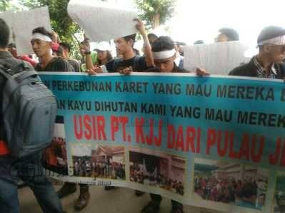 Puluhan Mahasiswa yang tergabung dalam HIMKA menggelar aksi Unras di halaman Kantor DPRD Kepri, Senin (30/5).