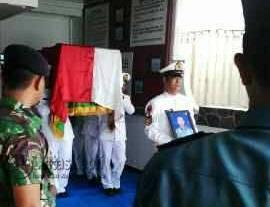 Jenazah Serda APM Muhammad Sultuh, korban kebakaran di Tarempa saat akan diberangkatkan Menggunankan Fery Anambas 1,  Jumat (20/5).