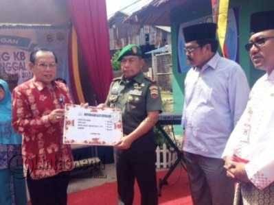 Kepala BKKBN RI, Surya Chandra menyerahkan secara simbolis alat kesehatan kepada Dandrem 033 Wira Pratama, Brigjen TNI Madsuni, Jumat (27/5).