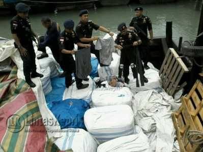 Ratusan ballpress pakaian bekas yang diamankan Kanwil DJBC khusus Kepulauan Riau, Rabu (25/5)