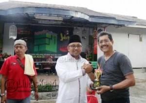 Wali Kota Tanjungpinang Lis Darmansyah saat berfoto bersama salah satu pemenang di ajang kontes Kicau Burung Mania