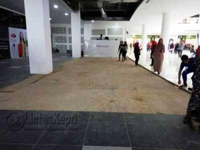 Lantai mall Matahari Departemen Store yang menciderai anak Yanto