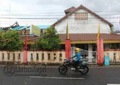 Museum Sultan Sulaiman Badrul Alamsyah yang berada di Jalan Ketapang, Tanjungpinang, terlihat bagian atapnya sudah rusak, Rabu (11/5).