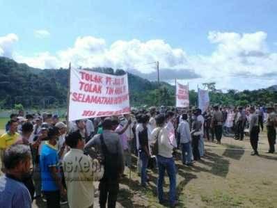Ratusan masyarakat Desa Ulu Maras, Kecamatan Jemaja Timur menggelar Unjuk Rasa di Kantor Desa Jemaja Timur, Kabupaten Kepulauan Anambas, Selasa (24/5).