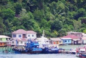 Kapal Ilegal Asing (KIA) Thailand berbendera Malaysia saat disandarkan PSDKP Antang di Pelabuhan Antang, Kec. Siantan, Kab. Kep. Anambas, Sabtu (7/5).