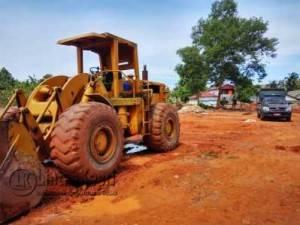 Satpol PP Kota Tanjungpinang saat menghentikan aktivitas penimbunan di Hotel Sunrise, Selasa (3/5). (f.Aji Anugraha)