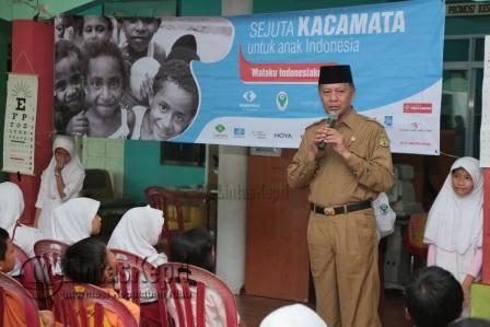 Wakil Walikota Tanjungpinang saat membuka program Gerakan Sejuta Kacamata Anak indonesia, di SD 004 Tanjungpinang Barat, Senin (9/5)