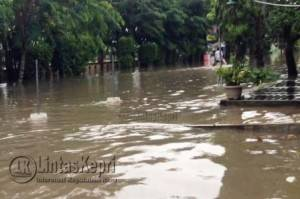 Beginilah kondisi Jalan Pemuda saat digenangi air