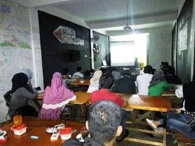 "Suasana pemutaran film dokumenter ""Rayuan Pulau Palsu"" di Belokkirikoffe, Kamis (19/5)."