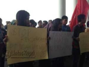 Pengunjuk rasa saat melakukan aksinya di kantor Gubernur Kepri, Kamis (19/5).