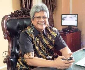 Prof. Dr. Syafsir Akhlus, M.Sc, Rektor UMRAH