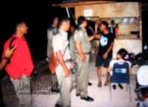 Satpol PP Kota Tanjungpinang saat menggerebek R bersama kekasihnya di Lokasi pembangunan Gedung Gonggong, Tepi Laut, Selasa (24/5).
