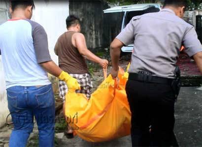 Mayat Heri Ketika di evakuasi tim identifikasi Polres Tanjungpinang, Minggu (14/5).