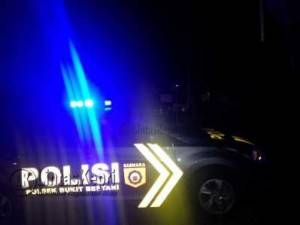 Polseisi mendatangi Travo PLN are Tanjungpinang yang meledak di Jalan Pramuka, Lorong Tanama, Jumat (6/5).