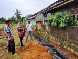 Anggota Komisi II Dewan Perwakilan Rakyat Daerah (DPRD) Kota Tanjungpinang, Rahma merencakan pembangunan saluran drainase di kawasan perumahan RT.1/RW.6 Kelurahan Kampung Bulang, Kecamatan Tanjungpinang Timur, Kamis (5/5).