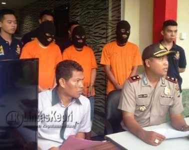 saat konfrensi Pers di halaman Satreskrim Polresta Tanjungpinang, Selasa (10/5).